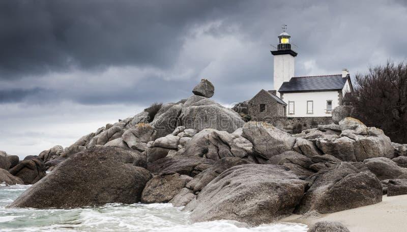 Paisagem do litoral na maré baixa com farol e o roc peculiar foto de stock