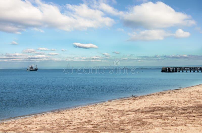 Paisagem do mar com a ponte do barco e do molhe foto de stock