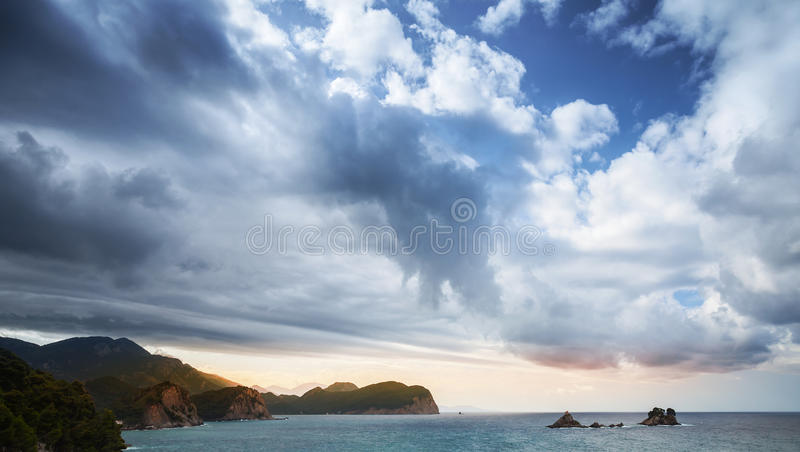Paisagem do mar de adriático com céu nebuloso foto de stock