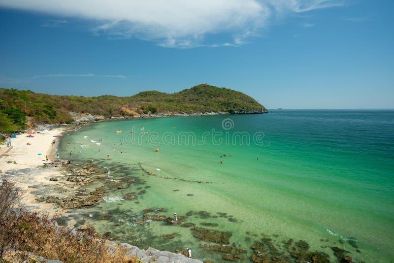 A paisagem do mar na praia da passagem do hellfire de Koh Si Chang, Chonburi, Tailândia fotografia de stock