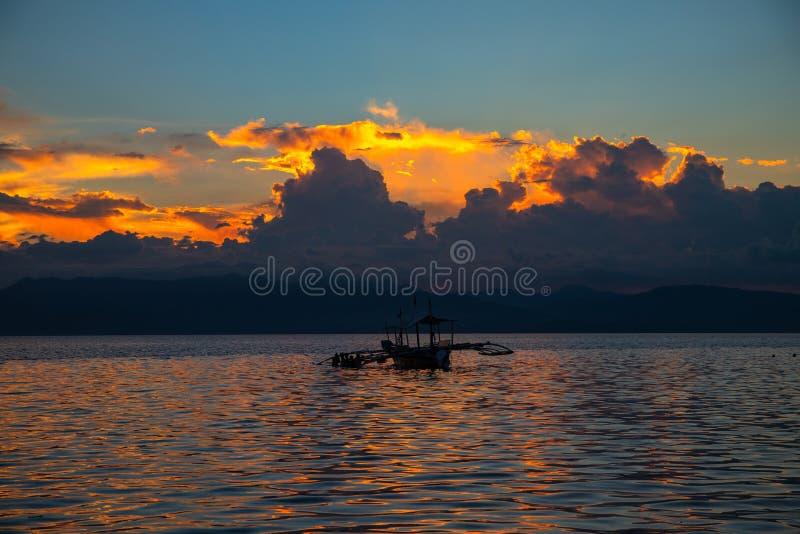 Paisagem do mar do por do sol com montanhas e as nuvens distantes Skyscape alaranjado bonito Litoral tropical da ilha na noite fotos de stock