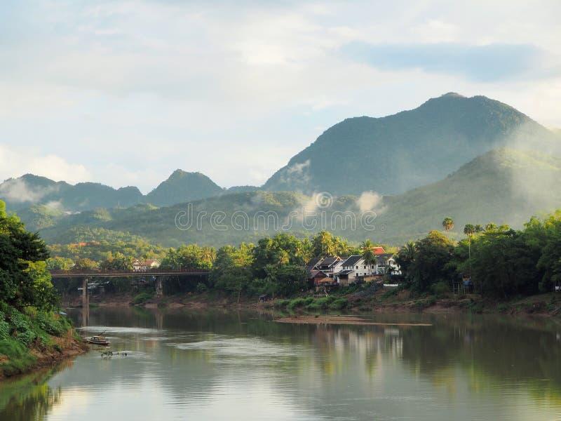 Paisagem do Mekong River e dos montes impressionantes em Luang Prabang imagem de stock