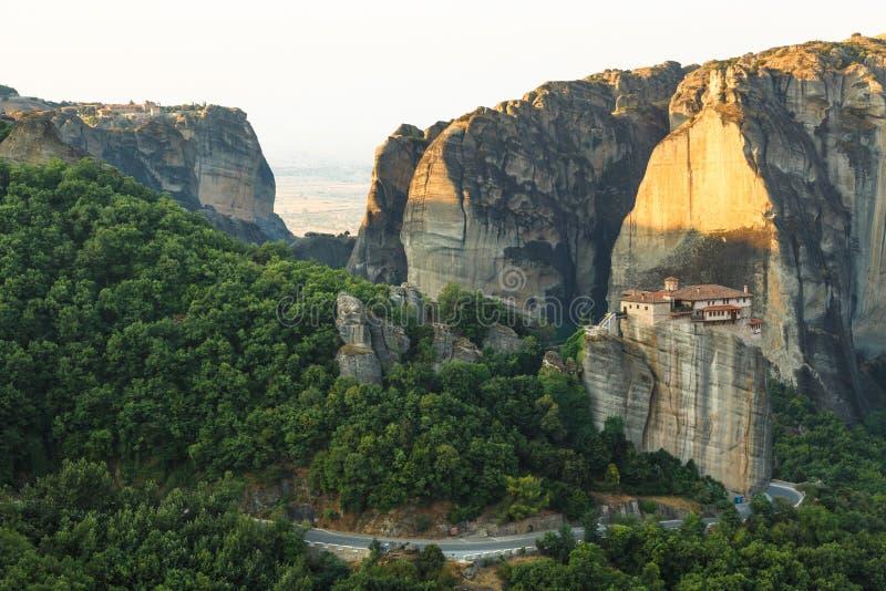 Paisagem do meteora na manhã com o monastério sobre a montanha, Grécia fotos de stock royalty free