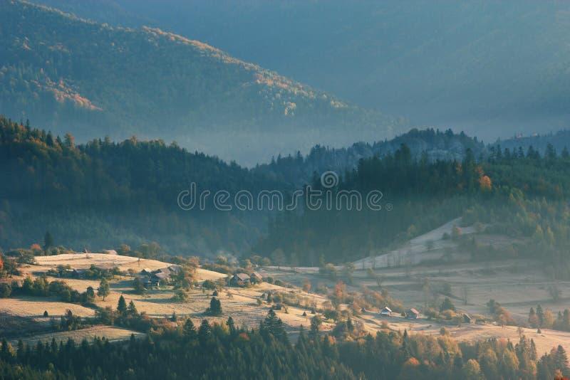 Paisagem do nascer do sol de Autumn Carpathians imagem de stock