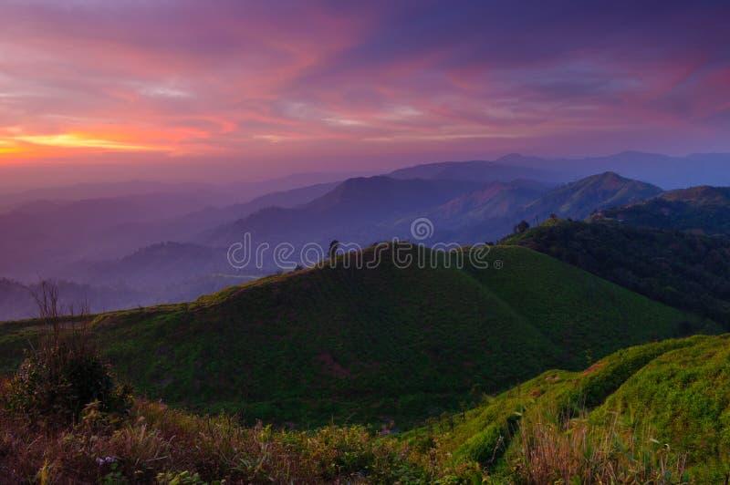 Paisagem do nascer do sol sobre montanhas, Tailândia imagens de stock