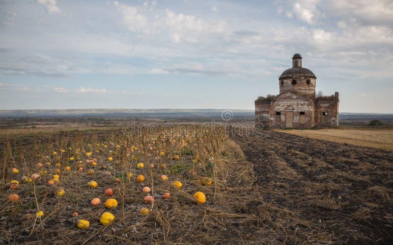 Paisagem do outono com abóboras e a igreja velha fotos de stock royalty free