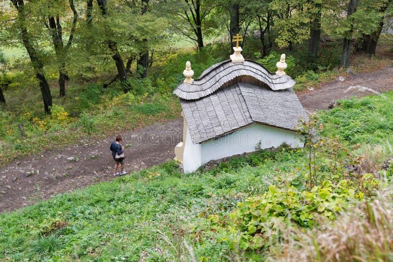 Paisagem do outono com o calvário em Banska Stiavnica, Eslováquia fotos de stock royalty free