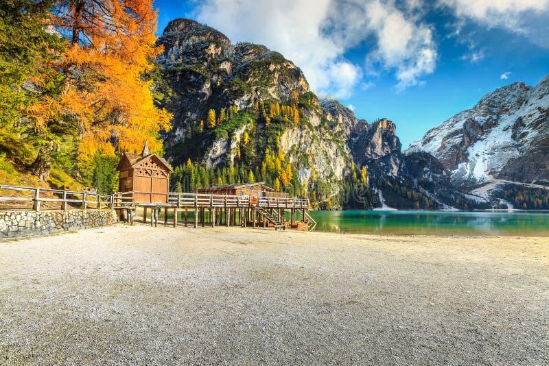 Paisagem do outono com o lago alpino famoso, lago Braies, dolomites, Itália imagens de stock