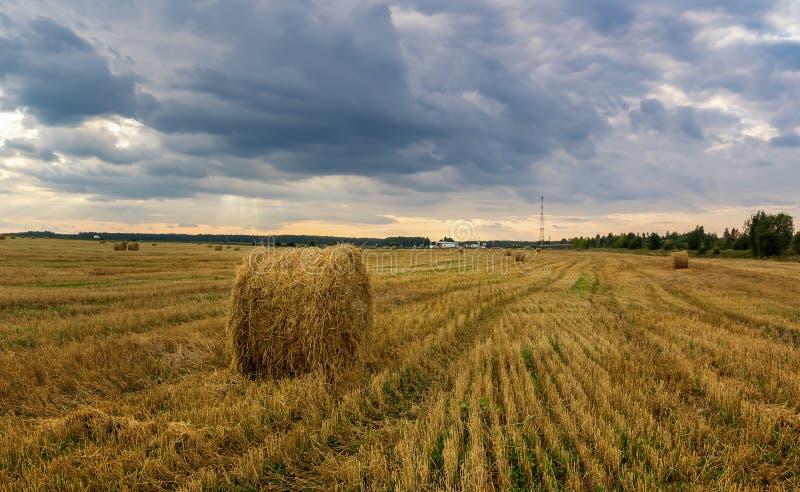 Paisagem do outono em um campo com feno na noite, Rússia, Ural foto de stock royalty free