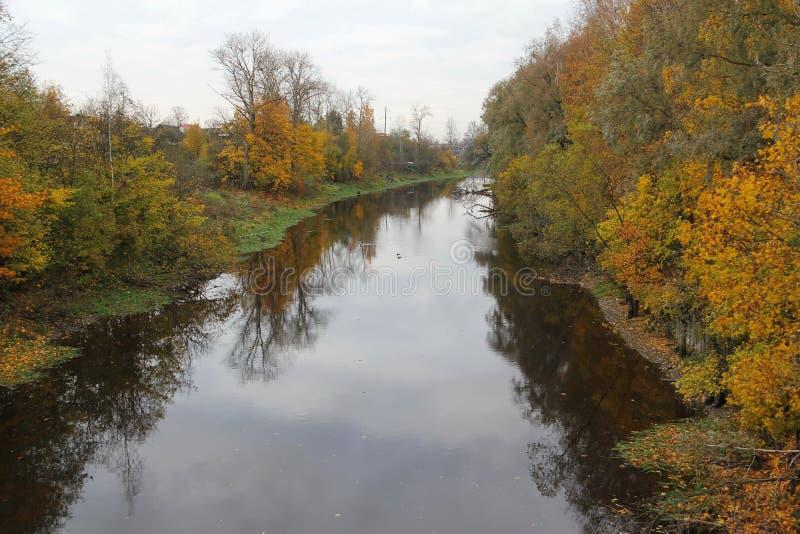 Paisagem do outono no rio fotos de stock royalty free