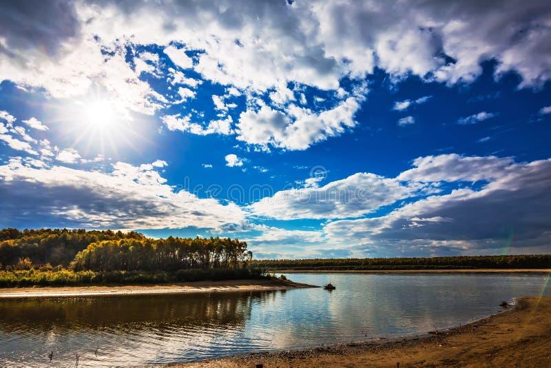 Paisagem do outono no rio Registro de Sibéria ocidental, Novosibirsk fotos de stock