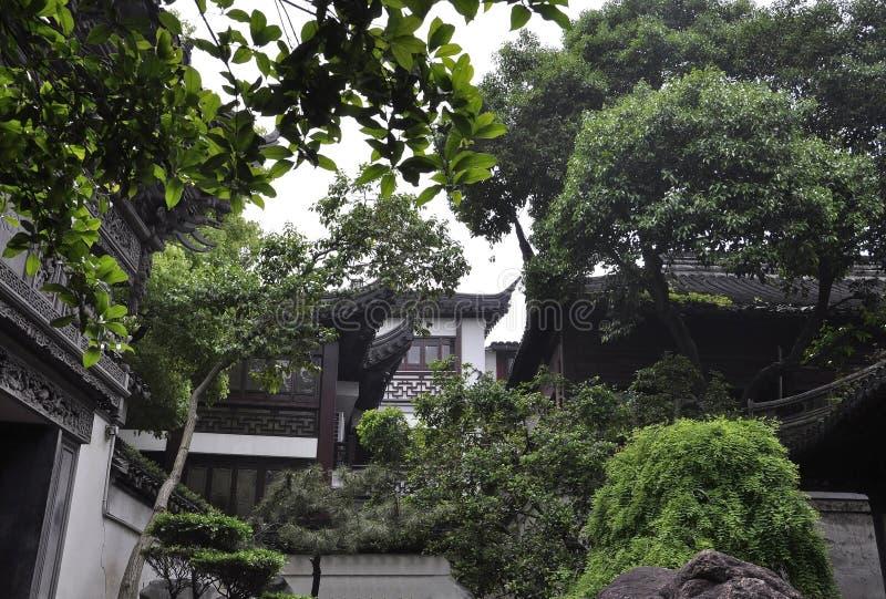 Paisagem do pátio da casa da família da bandeja do jardim famoso de Yu na baixa de Shanghai fotografia de stock royalty free