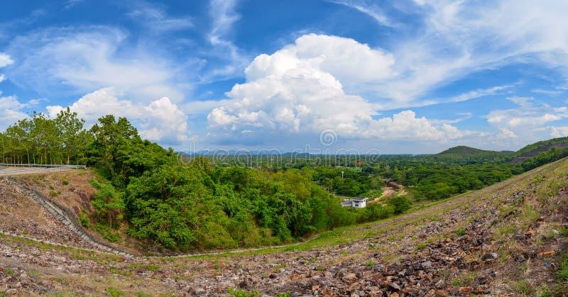 Paisagem do panorama de umas outras reservas de água ou represa lateral com muitos montanha da árvore e céu azul com nuvem foto de stock