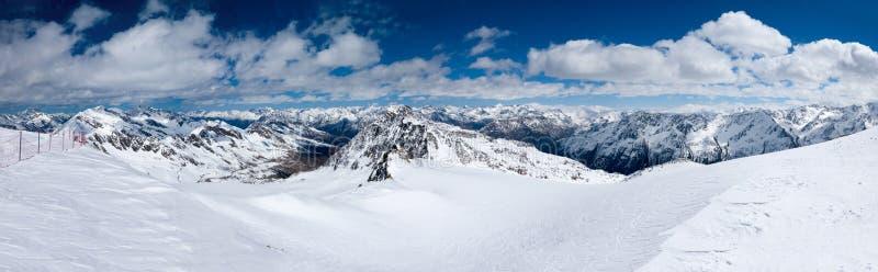 Paisagem do panorama do inverno de cumes austríacos foto de stock royalty free