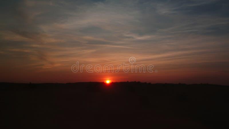 Paisagem do panorama do por do sol no deserto árabe, Dubai, UAE imagem de stock royalty free