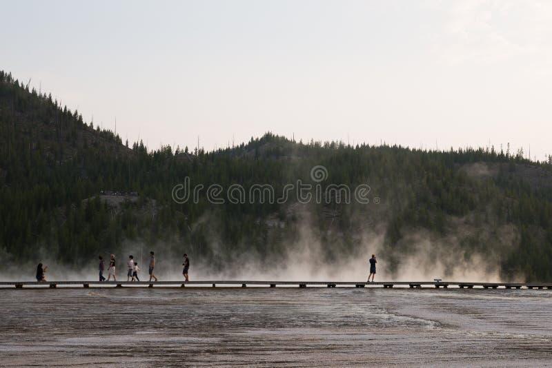 Paisagem do passeio à beira mar de Yellowstone com os turistas mostrados em silhueta que andam no vapor fotos de stock royalty free
