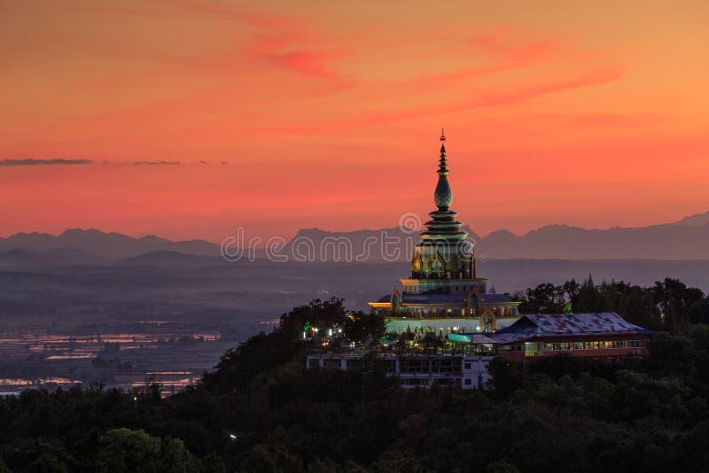 Paisagem do por do sol sobre o pagode em Chiang Mai imagens de stock royalty free