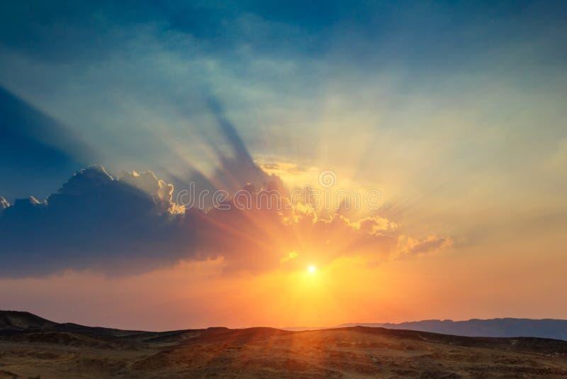 Paisagem do por do sol bonito no deserto Vista de montes altos do arenito e do céu nebuloso dramático fotografia de stock royalty free
