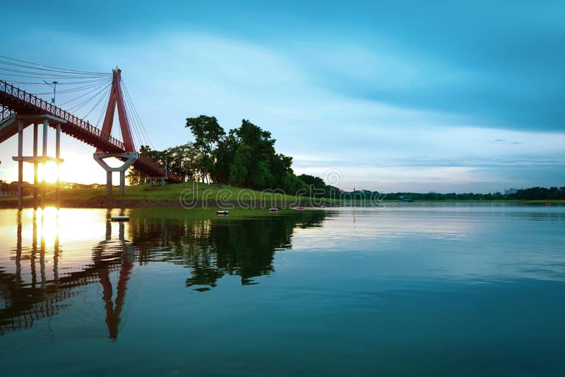 Paisagem do por do sol do céu com ponte da água SE azul da natureza bonita imagens de stock royalty free