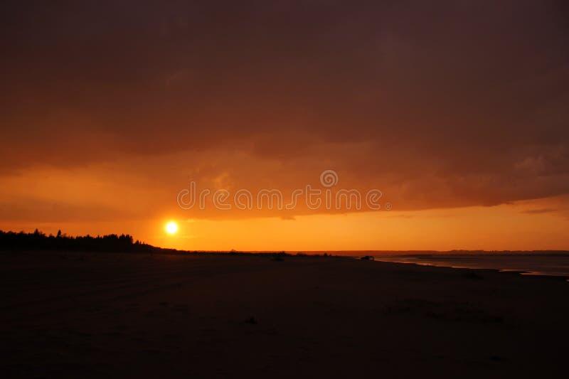Paisagem do por do sol, céu dourado amarelo, Sandy Beach imagem de stock