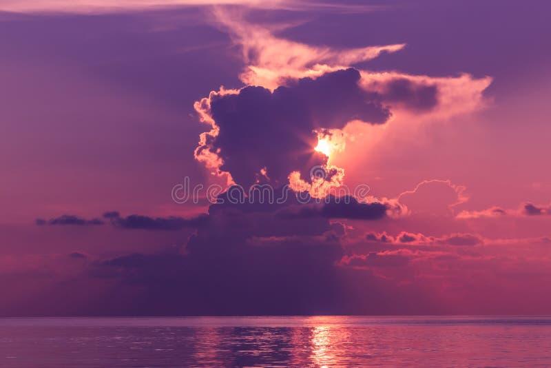 Paisagem do por do sol com o céu dramático no fundo e no mar fotos de stock royalty free