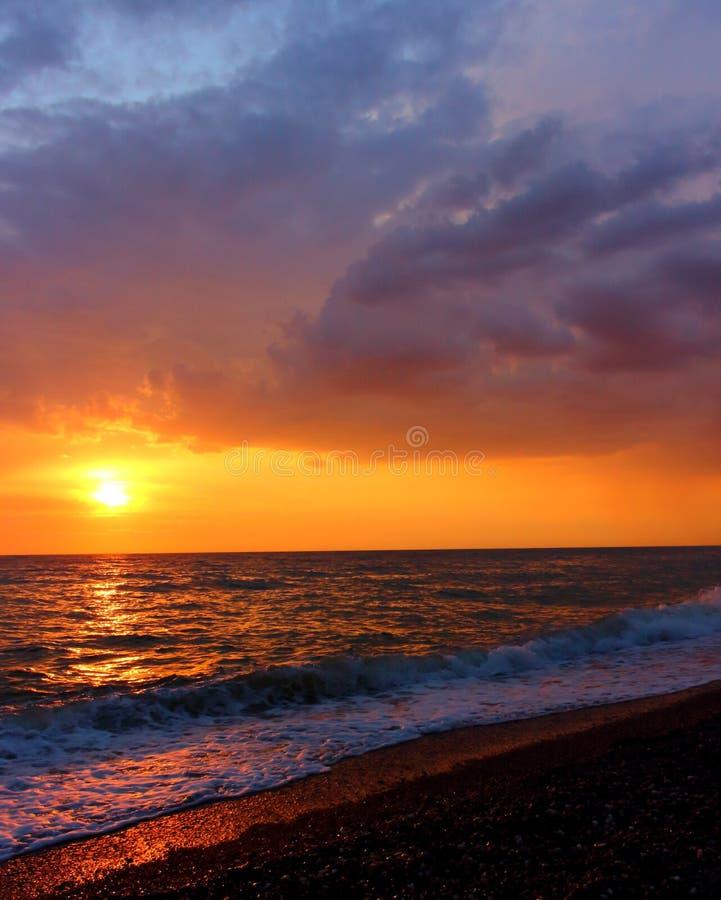 Paisagem do por do sol fabuloso sobre o mar fotografia de stock