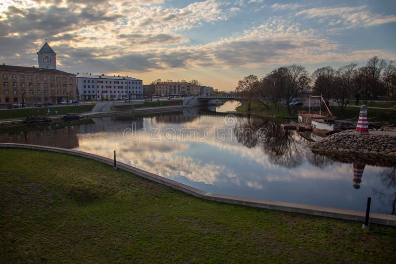 Paisagem do rio da cidade de Jelgava Zemgale Latvija Letónia imagens de stock royalty free