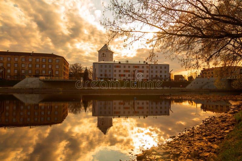 Paisagem do rio da cidade de Jelgava Zemgale Latvija Letónia imagem de stock royalty free