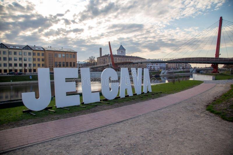 Paisagem do rio da cidade de Jelgava Zemgale Latvija Letónia foto de stock royalty free
