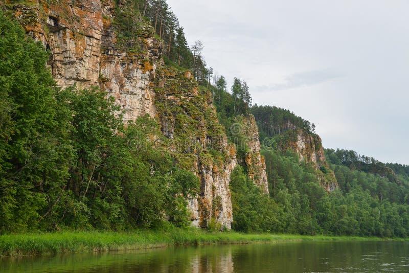 Paisagem do rio da montanha de Beautifeul no dia de verão brilhante, formação de rocha cênico no banco de rio fotografia de stock royalty free