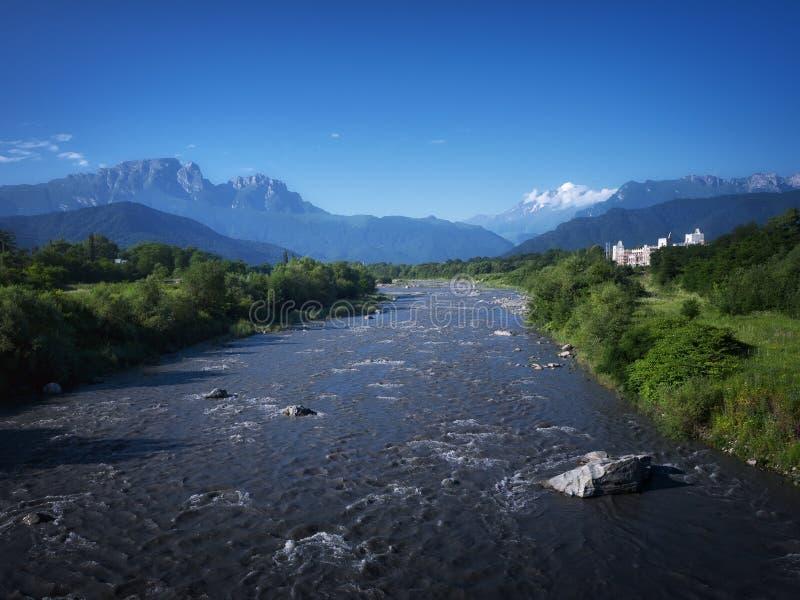 Paisagem do rio da montanha River Valley nas montanhas Fluxo selvagem do rio da montanha imagem de stock