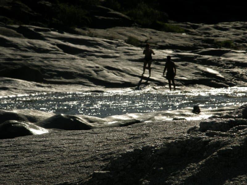 Paisagem do rio de Mina Clavero com as crianças na parte traseira fotos de stock