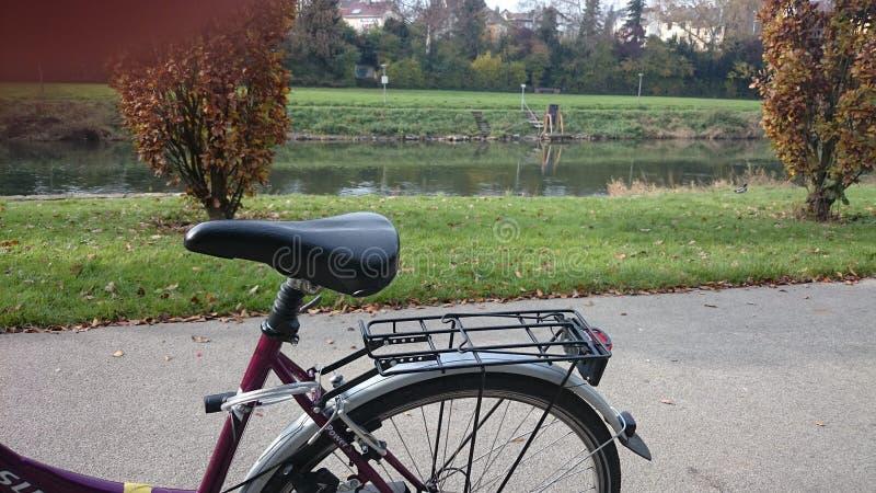 Paisagem do rio e da bicicleta em uma imagem fotografia de stock royalty free