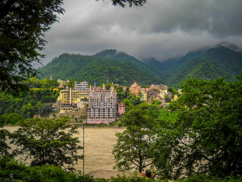 Paisagem do rio Ganga com rios e nuvens montanhosos na Índia de Rishikesh Vista das monções imagens de stock