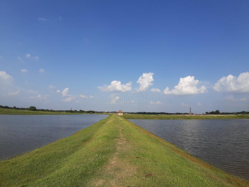 Paisagem do rio libra de primavera nuvem de verão piscicultura bihar purnea índia fotos de stock royalty free
