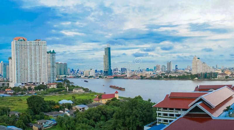 Paisagem do rio na cidade de Banguecoque com céu azul fotos de stock royalty free