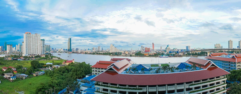Paisagem do rio na cidade de Banguecoque com céu azul foto de stock royalty free