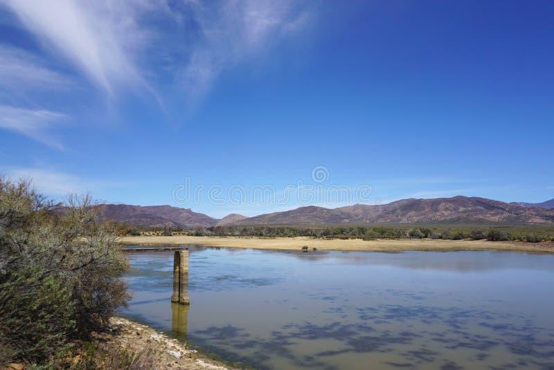 Paisagem do safari de África com o backgrou do rio, do prado e da montanha imagens de stock royalty free