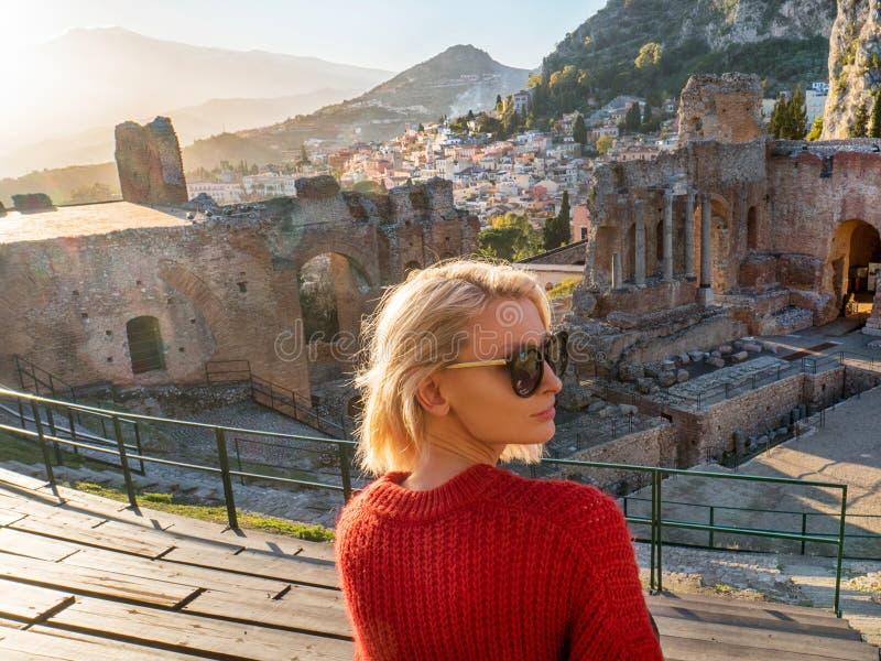 Paisagem do teatro antigo de Taormina fotografia de stock