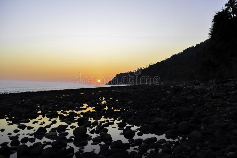 Paisagem do tiro tropical do por do sol da praia da ilha do paraíso Lampung, Indon?sia fotos de stock
