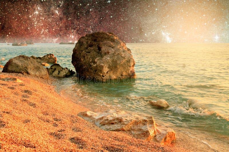 Paisagem do universo do planeta estrangeiro com água no espaço profundo foto de stock royalty free