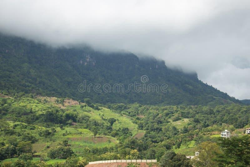 Paisagem do vale da montanha da névoa e da nuvem imagem de stock