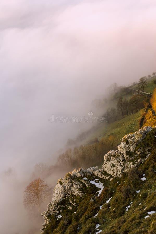 Paisagem do vale da montanha da névoa e da nuvem Montanha de Monsacro, as Astúrias, Espanha imagens de stock