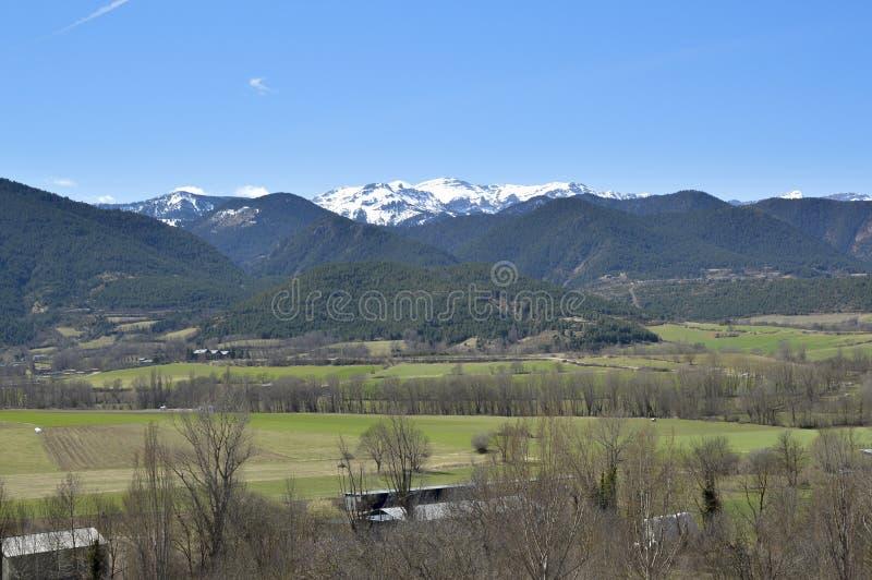 Paisagem do vale e do Catalan Pyrenees, Cerdanya, Girona, Espanha foto de stock
