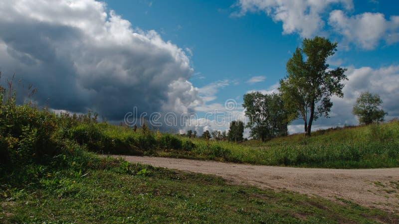 Paisagem do verão antes de uma chuva imagens de stock