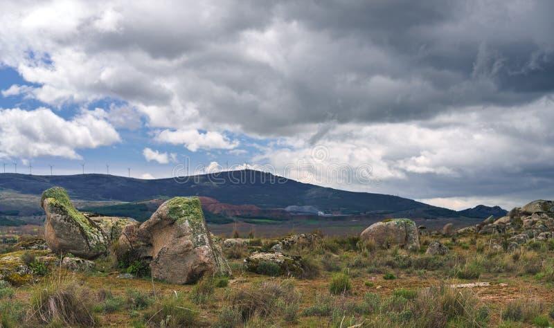 Paisagem do verão do campo com rochas e montanha no fundo fotos de stock