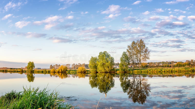Paisagem do verão no rio com reflexão das árvores na água, Rússia, os Ural, imagem de stock royalty free