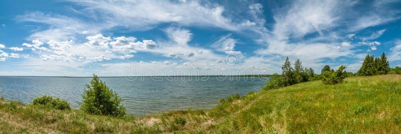 Paisagem do VERÃO vista panorâmica do lago sob um céu nebuloso bonito com uma costa no primeiro plano fotografia de stock royalty free