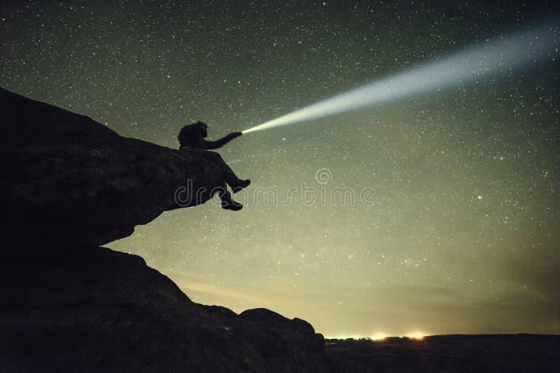 A paisagem do vintage da noite com protagoniza no céu imagem de stock