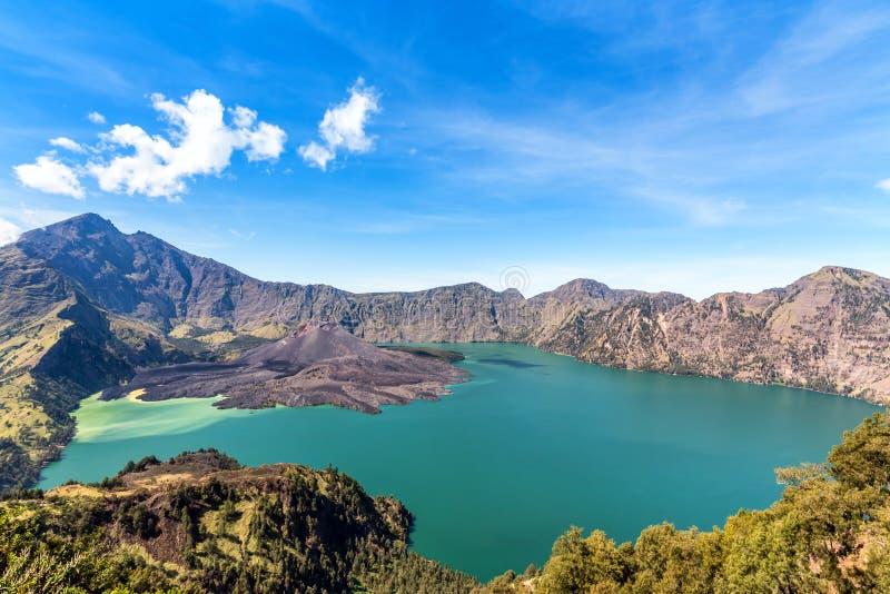 Paisagem do vulcão ativo Baru Jari, do lago Segara Anak e da cimeira da montanha de Rinjani Console de Lombok, Indonésia imagem de stock